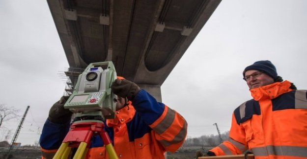 Câbles endommagés: Bidon de Construction réduit la Viabilité de Pont de l'autoroute