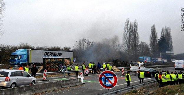 Homme de Camion de franchissement: Un Mort GelbwestenProtestation en Belgique