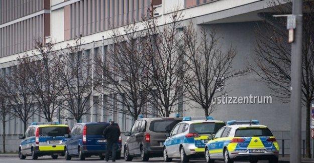 Le bâtiment évacué: Série de peur des explosifs liquides allemands Tribunaux
