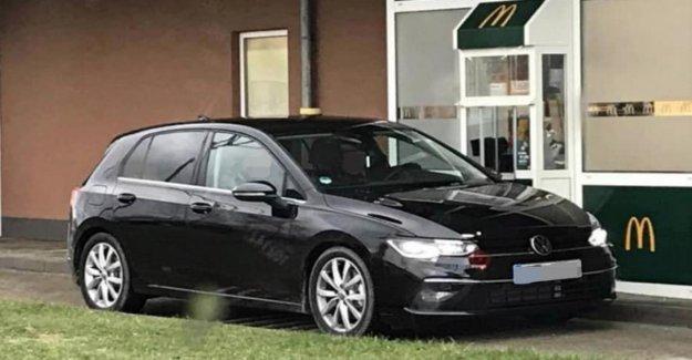 Nouvelle VW Golf 8: Volkswagen Compacte ungetarnt au Fast-Food-Commutateur