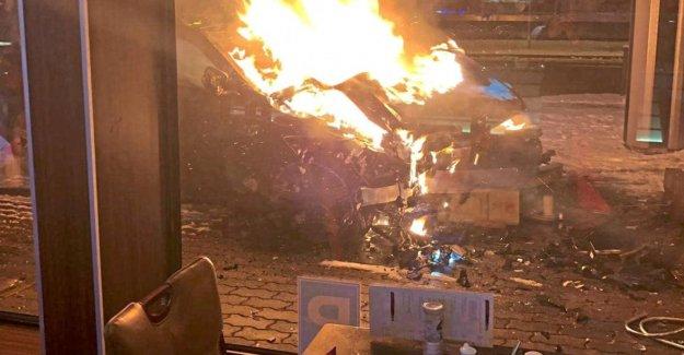Nuremberg: Luxe-Mercedes craque en Chine-Restaurant