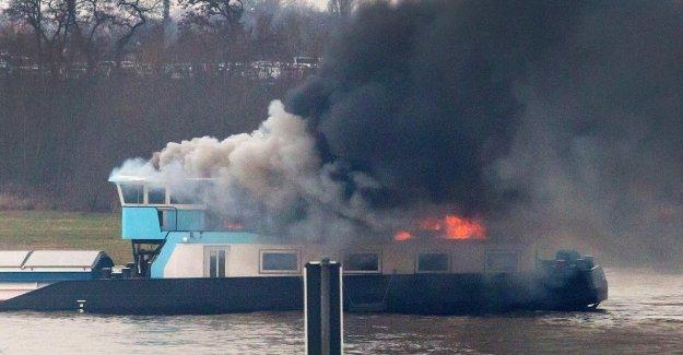 Duisbourg: Cargo brûle sur le Rhin