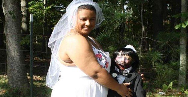 Insolite histoire d'Amour: Marié à un Zombie Poupée