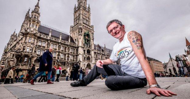 Munich: Daniel montre ses Drapeaux Tatouages: Sur un Bras autour du Monde
