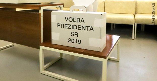 Élection présidentielle en Slovaquie: homme ivre fonctionne avec Urne chemin