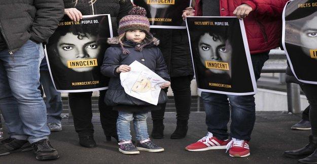 -Michael-Jackson-Fans aller devant le Tribunal - Vue
