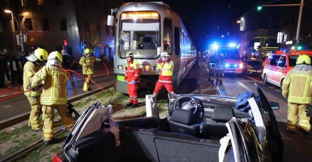 Hanovre: Tram collecte VW! Conducteur découpez – Clinique!