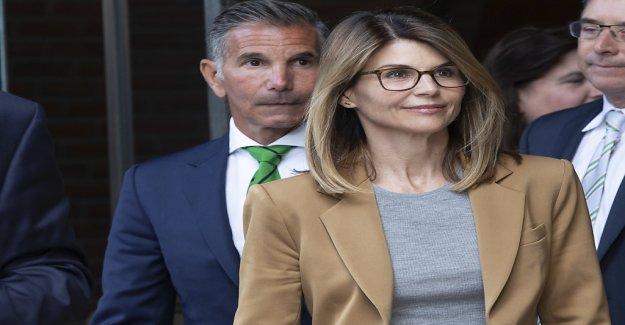 Loughlin souligne Uni Scandale de leur Innocence, Vue
