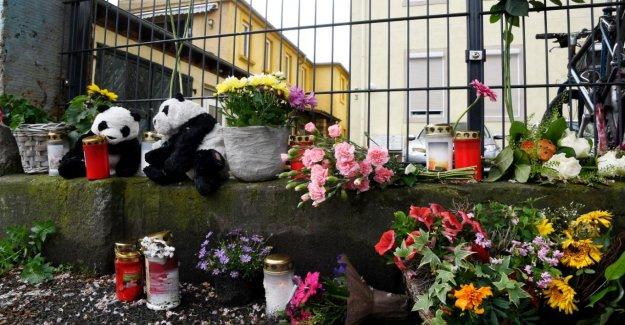 Dresde: Deux Pandas et des Fleurs pour les Enfants assassinés