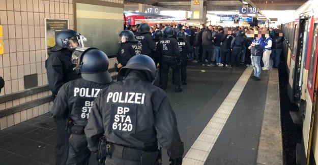 Düsseldorf: bagarre de masse de la Gare centrale de moins de Fans de football!