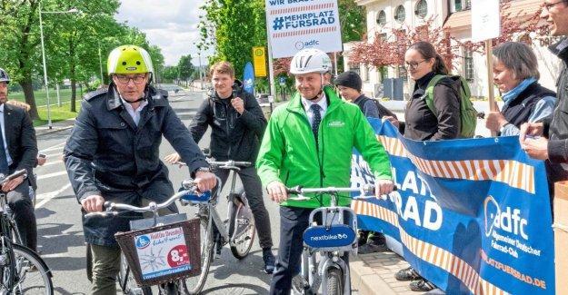 Lors de la balade à Vélo dans les rues de Dresde des Élèves de la Démo s'arrête le ministre des Transports