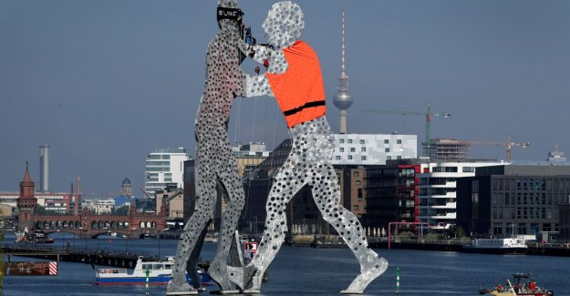 Manifestation: Molecule-On à Berlin, soudain, Gilet de sauvetage