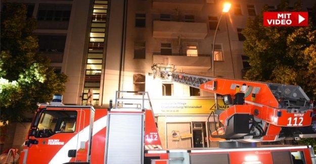 Berlin: Mère, Enfant (7) de sauter hors de l'Appartement, Passant veut intercepter