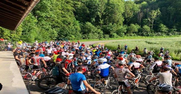 Des centaines de Cyclistes protester après l'Accident à Dornach SO - Vue