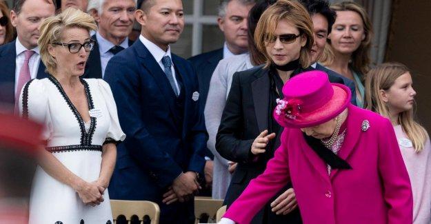 La reine Elizabeth souffle un étranger Écharpe sur le Visage...
