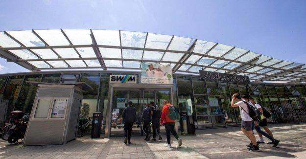 Munich: les Jeunes de saccage dans Michaelibad