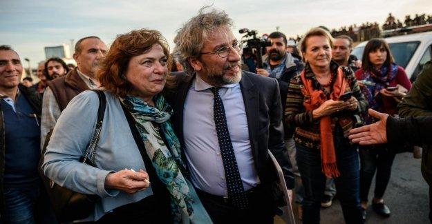Turquie: l'Épouse de m. Erdogan Critique Dündar est, après l'Allemagne s'échapper