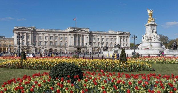 22 ans, pénètre dans le Palais de Buckingham sur la Vue