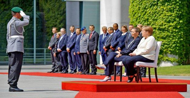 Angela Merkel: Elle est assise lors de l'Hymne national de la Peur de la nouveauté Tremblant-Crise