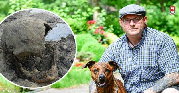 Cimetière Ossements jetés sur le Tas de décombres: Chien fait Horreur à la découverte de