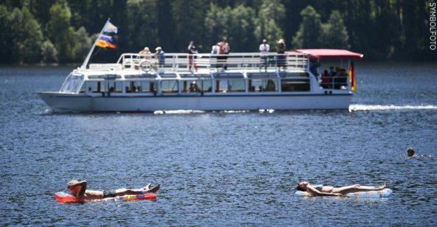 Faisceau rencontré plusieurs Personnes: l'Homme fait pipi sur bateau de plaisance