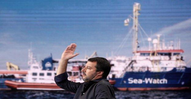 Parce qu'il est sur Facebook rumpöbelt: Rackete poursuivi Salvini - Vue