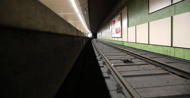 Station de Métro à Dortmund: les Jeunes à garder les Jeunes sur les Rails de la pris