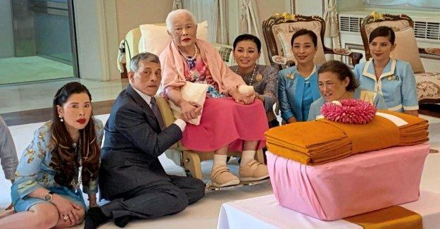 Anniversaire chez les Thai-Royals: Avant Maman kuscht le Roi lui-même