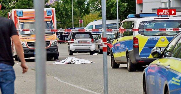 Brutale Attaque à Stuttgart Homme dans la Rue avec une Épée poignardé