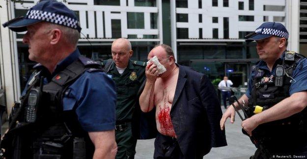 Devant le Ministère de l'intérieur: l'Homme de Londres avec un Couteau à l'attaque