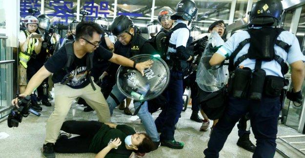 Les émeutes à Hong kong Airport: la Police commence avec Évacuation