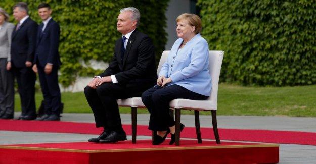 Merkel: l'Hymne national devant le bureau du chancelier. Réception de nouveau Assis