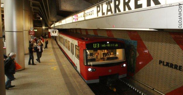 Nuremberg: Père tient Fils (4) dans le Métro, chemin de fer