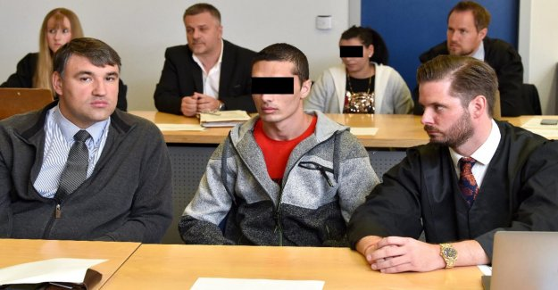 Processus d'Arnsberg: Paire doit Retraités avec des Ciseaux poignardé ont