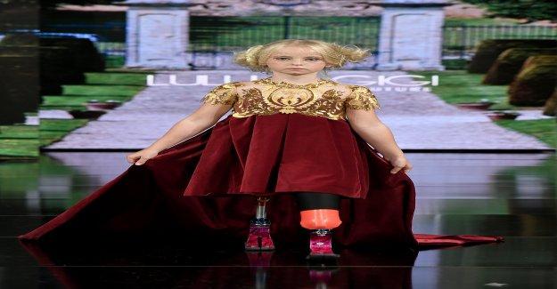 Beinamputiertes Enfants-Model Daisy May (9) sur le Podium - Vue