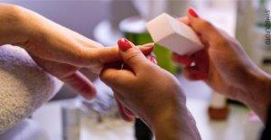 Le personnel s'est caché dans le Placard: Pouces Rafle dans les salons de manucure