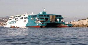 Méditerranée-Ferry coule le long de la Costa Blanca, sur la base d'une Vue