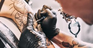 Coronavirus lutte crée l'alliance entre les travailleurs de la santé, des artistes de tatouage